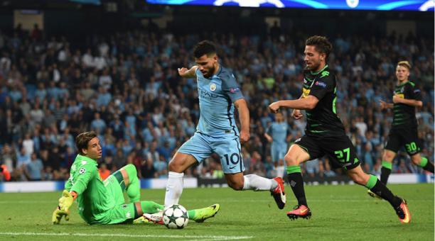 El jugador del Manchester City Sergio Aguero (azul) anotó el tercer gol ante el Borussia Moenchengladbach el miércoles 14 de septiembre de 2016, durante el juego del Grupo C de la Liga de Campeones que se disputa en el estadio Etihad de Manchester, Reino