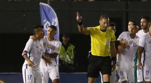 Medel le reclama con dureza a Pitana, mientras Felipe Guttiérrez intenta contenerlo. Foto: EFE.