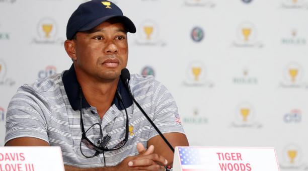 El asistente del capitán Tiger Woods del equipo de Estados Unidos asiste a una conferencia de prensa el miércoles 27 de septiembre de 2017, durante las rondas de práctica antes de la Copa de Presidentes, en el Liberty National Golf Club en Jersey City, Nu