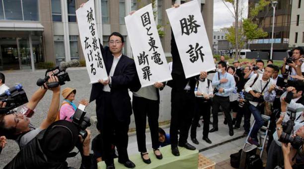 Abogados informan a los demandantes de la decisión de un tribunal nipón de responsabilizar al Estado y a la operadora de la central nuclear de Fukushima de negligencia en la catástrofe atómica. Foto: EFE