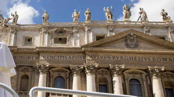 El papa Francisco llega a su audiencia general de los miércoles en la Plaza de San Pedro, en el Vaticano. Foto: EFE