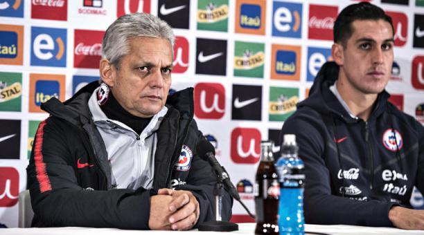 El entrenador de la selección chilena, Reinaldo Rueda (izq.), y el jugador Enzo Roco (der.) participan durante una rueda de prensa el lunes 26 de marzo de 2018, en Aalborg (Dinamarca). EFE