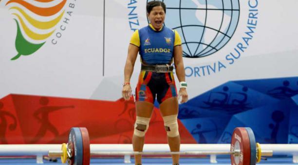 Alexandra Escobar se destacó en el levantamiento de pesas de los Juegos Sudamericanos. Foto de la cuenta Twitter @ECUADORolimpico