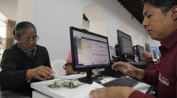 Varias personas llegaron hasta la Administración Zonal Manuela Sáenz, en el Centro Histórico de Quito,  para pagar el impuesto predial este 2 de enero del 2019. Foto: Galo Paguay / EL COMERCIO