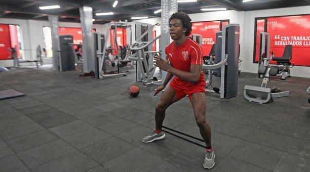 Djorkaeff Reasco trabaja en fortalecimiento muscular en el gimnasio que incorporó Liga de Quito en su complejo. Foto: Julio Estrella / EL COMERCIO
