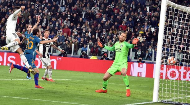 Cristiano Ronaldo (izq.) de Juventus anota un gol durante el partido de vuelta por los octavos de final de la UEFA Champions League entre Juventus FC y Club Atlético Madrid este martes, en el Allianz Stadium, en Turín (Italia). EFE