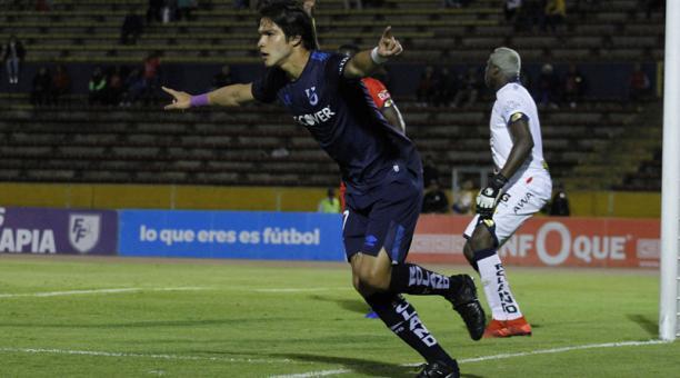 Luis Amarilla, jugador de la Universidad Católica, celebra el primer gol anotado a El Nacional, el domingo 7 de abril de 2019 en el estadio Olímpico Atahualpa. Foto: API para Grupo EL COMERCIO