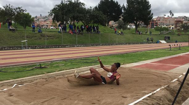 Liuba Zaldivar impuso tres récords nacionales en la prueba de salto triple, en la pista de Cuenca