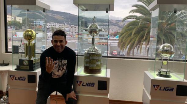 Claudio Bieler posa con los trofeos internacionales de Liga de Quito en el interior del estadio Casa Blanca, horas antes del cotejo entre la 'U' y Olimpia por la Copa Libertadores. Foto: Twitter @LDU_Oficial