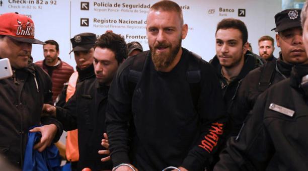 El futbolista italiano Daniele De Rossi llega a Buenos Aires (Argentina) para sumarse al plantel de Boca Juniors luego de quedar libre de la Roma, donde jugó durante 18 años. Foto: EFE