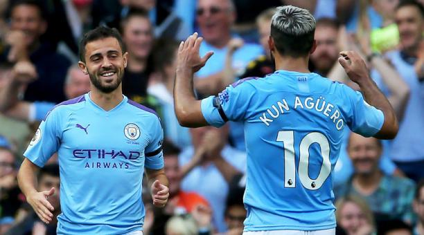 Los jugadores del Manchester City Bernardo Silva y Sergio Agüero festejan en el cotejo ante Brighton Hove Albion, el 31 de agosto del 2019. Foto: EFE