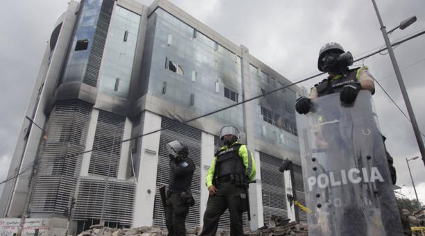 El edificio de la Contraloría fue incendiado el 12 de octubre pasado, en medio de las protestas contra el Gobierno. Foto: Archivo / EL COMERCIO