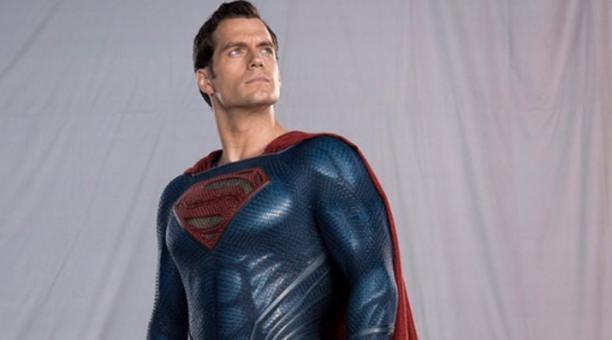 El actor Henry Cavill luciendo el traje del personaje que interpretará, Superman. Foto: Twitter @UberKryptonian