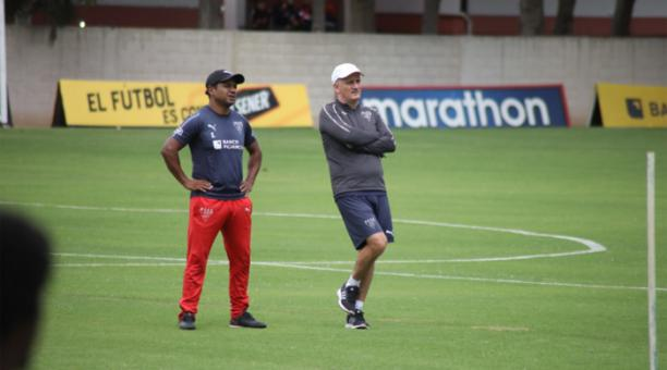 El entrenador de Liga de Quito, Pablo Reppeto (der.) junto a Franklin Salas, en un entrenamiento del equipo albo. Foto: EL COMERCIO