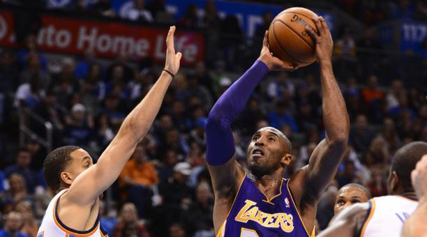 Una imagen del 2012 de Kobe Bryant (der.) en un partido de Los Angeles Lakers ante Oklahoma City Thunder. Foto: Archivo / EFE
