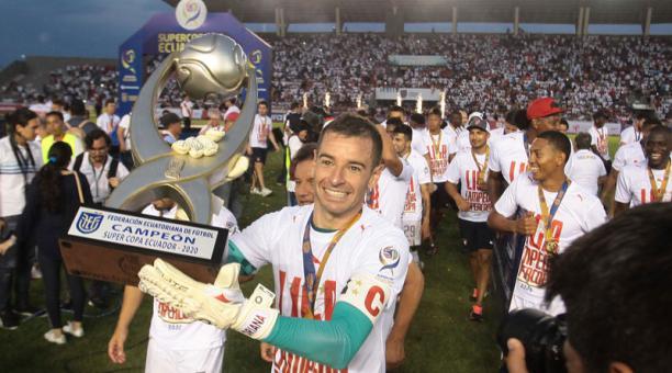 Adrián Gabbarini levanta el torneo de la Supercopa obtenido el sábado ante el Delfín. Foto: Enrique Pesantes/ EL COMERCIO.