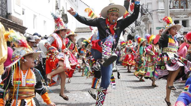 En el Sexto Carnaval Quiteño del Centro Histórico de Quito desfilaron unas 50 agrupaciones por cuatro rutas, hasta la plaza de San Francisco. Foto: Eduardo Terán / EL COMERCIO