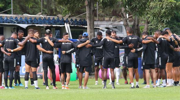 Jugadores de Emelec durante el entrenamiento del 26 de febrero del 2020. Foto de la cuenta Twitter @CSEmelec