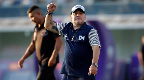 El entrenador de Gimnasia y Esgrima, Diego Armando Maradona, reacciona durante el partido de la Superliga del Fútbol Argentino, en el estadio Juan Carmelo Zerillo de La Plata. Foto: EFE