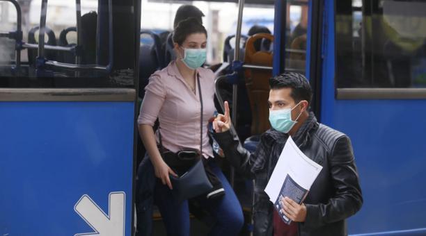 Pasajeros de bus urbano se  protegen del contagio de cornavirus en el centro norte de Quito. Foto: Diego Pallero / El Comercio