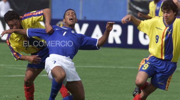 Edwin Tenorio (izq.) e Iván Kaviedes (der.) frenan a Ronaldinho, el 28 de marzo del 2001.