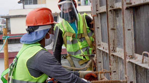 Campamentos para trabajadores, turnos de 22 días continuos y charlas de bioseguridad forman parte de las acciones ejecutadas por constructores que abrieron sus operaciones dentro del plan piloto de reactivación del sector. En la foto, trabajadores de la c