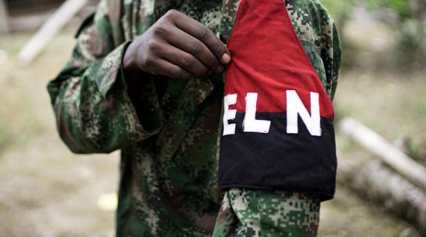 Una rebelde del Ejército de Liberación Nacional (ELN) de Colombia mostrando su brazalete mientras se posa para una fotografía en la selva de Colombia. Foto: Archivo / Reuters