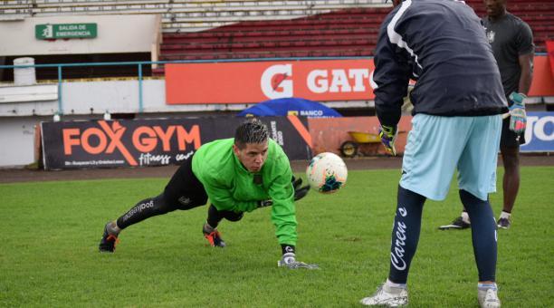 El golero Brian Heras en un entrenamiento en el estadio Alejandro Serrano Aguilar después de la paralización. Tomado del Deportivo Cuenca