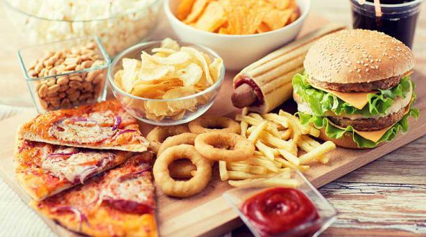 Los ultraprocesados contienen una mínima parte del alimento natural. Poseen añadidos; predomina la sal y grasas saturadas. Foto: Ingimage