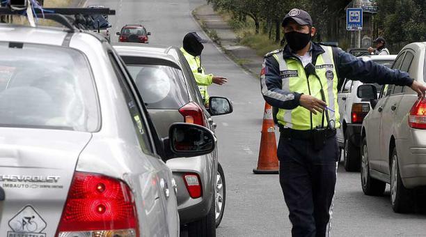 Agentes de tránsito realizan operativos en Quito para verificar el uso del salvoconducto. Foto: Eduardo Terán / EL COMERCIO