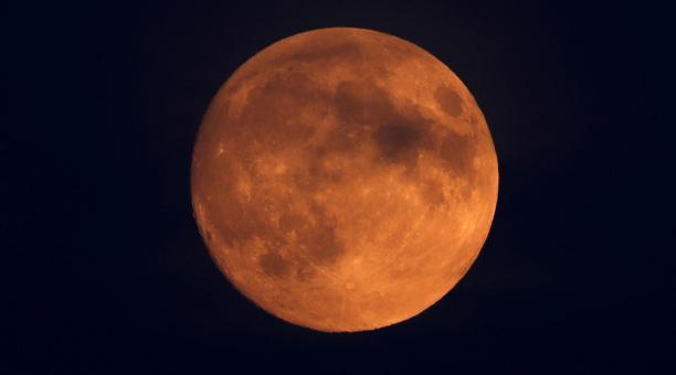 Imagen referencial. Un estudio explora en la Luna la presencia de  hematita, una forma de óxido que, requiere de oxígeno y agua para formarse. Foto: REUTERS