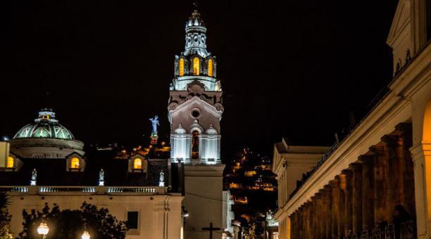 La Catedral Metropolitana de Quito vista desde la Plaza Grande. En el fodo la Virgen de Legarda en la cima de El Panecillo