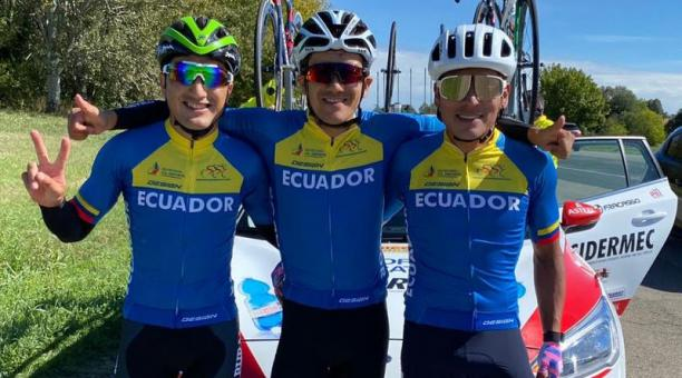El ciclista Richard Carapaz se consagró como el mejor ciclista latinoamericano en el Mundial de Ciclismo este domingo 27 de septiembre del 2020. En el competencia también participaron sus colegas Jonathan Caicedo (der.) y Jefferson Cepeda (izq.). Foto: Tw