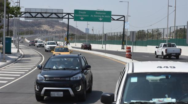 Se abrió al tránsito vehicular el puente Daule - Guayaquil , la tarde de este 19 de octubre del 2020. Foto: Enrique Pesantes / EL COMERCIO