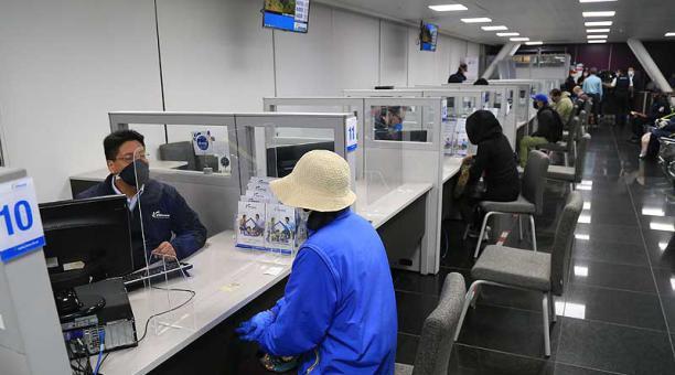 En las oficinas del Biess, los usuarios buscan información sobre temas crediticios. Foto: archivo / EL COMERCIO
