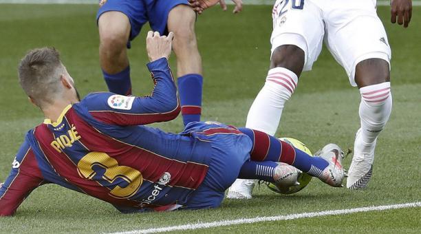 El defensa del Barcelona Gerard Piqué (i), intenta controlar el balón en el cotejo ante Real Madrid, en el estadio Nou Camp el 24 de octubre del 2020. Foto: EFE