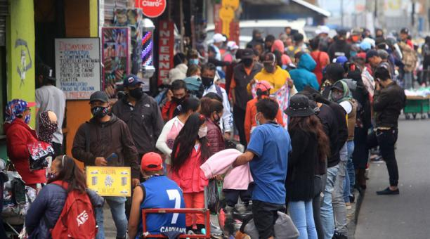 En los exteriores del mercado de Las Cuadras, en Chillogallo (sur), se registró ayer aglomeración de vendedores ambulantes y transeúntes. Foto: Diego Pallero / EL COMERCIO