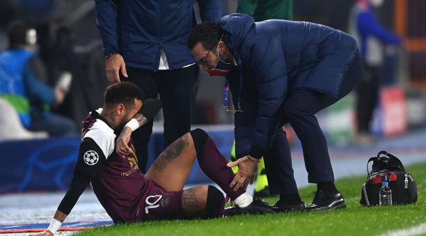 Neymar se lesionó en el duelo de Champions League disputado en Estambul. Foto: EFE.