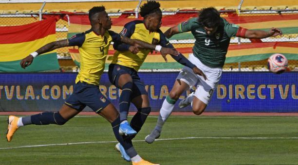 El jugador Marcelo Moreno Martins (d) de Bolivia disputa un balón con Robert Arboleda (i) y Ángel Preciado (c) de Ecuador, durante un partido por las Eliminatorias Sudamericanas para el Mundial de Catar 2022 en el estadio Hernando Siles, en La Paz (Bolivi