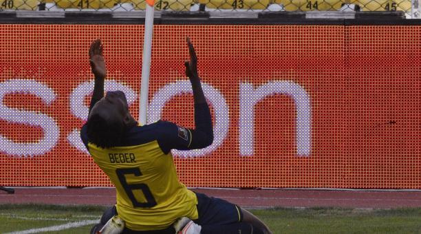 El jugador Beder Caicedo de Ecuador celebra este 12 de noviembre del 2020 tras anotar contra Bolivia, durante un partido por las Eliminatorias Sudamericanas para el Mundial de Catar 2022 en el estadio Hernando Siles, en La Paz (Bolivia). EFE