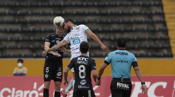 Francisco Fydriszewski cabecea ante la marca de Richard Schunke, del Independiente del Valle. Foto: Twitter de Independiente del Valle