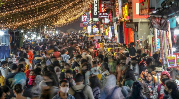 Gente abarrotando un mercado en vísperas del festival de Diwali en Nueva Delhi, India, el 13 de noviembre de 2020. Foto: EFE