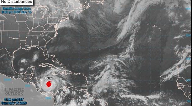 Fotografía satelital cedida por la Oficina Nacional de Administración Oceánica y Atmosférica (NOAA) por vía del Centro Nacional de Huracanes (NHC) donde se muestra la localización del huracán Iota camino a centroamérica. Foto: EFE
