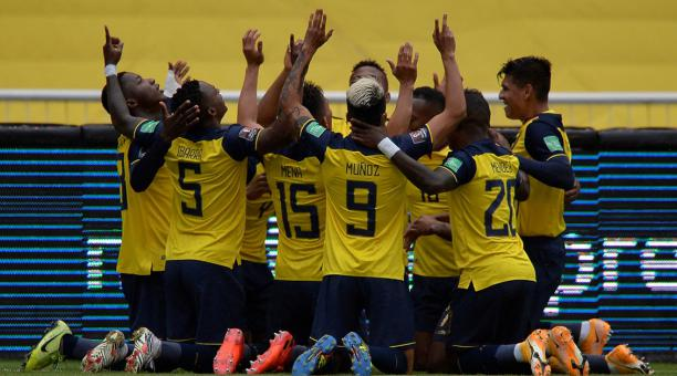 Jugadores de Ecuador festejan uno de los goles ante Colombia, en el estadio Rodrigo Paz. Foto: EFE