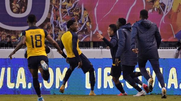 Gonzalo Plata en la celebración de su gol con la selección ecuatoriana, ante Colombia. Foto: EFE