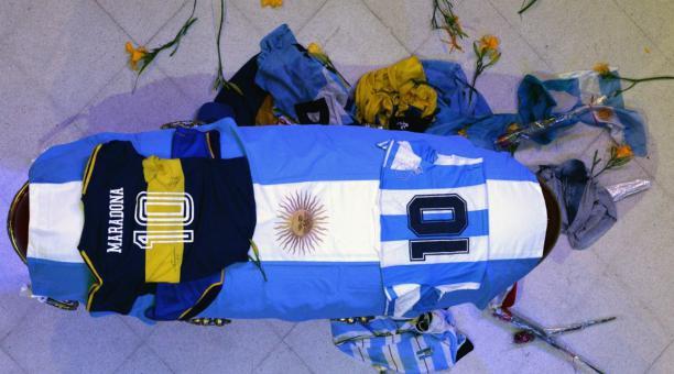 Una foto de un folleto facilitado por la Presidencia de Argentina muestra el ataúd de la leyenda del fútbol argentino Diego Armando Maradona colocado en una capilla funeraria en la Casa Rosada en Buenos Aires, Argentina, el 26 de noviembre de 2020. Marado