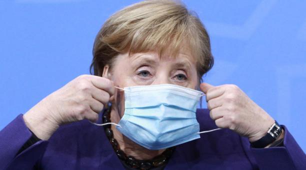 La canciller alemana, Angela Merkel, asiste a una conferencia de prensa el 2 de diciembre de 2020. Foto: EFE