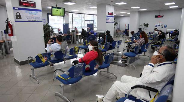 En las oficinas del SRI, en Quito, se atienden las inquietudes y trámites de los contribuyentes. Foto: Julio Estrella / EL COMERCIO