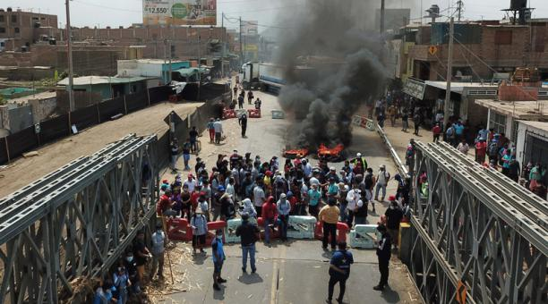 Manifestantes queman llantas y bloquean el puente Virú en un tramo de la Panamericana Norte, en la región La Libertad, al norte de Lima (Perú)l este 4 de diciembre del 2020. Perú vive una nueva jornada de protestas agrarias, con varios cortes de carretera