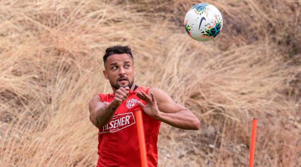 Gabriel Marques cabecea un balón durante un entrenamiento en la cancha Sigifredo Agapito. Foto: Barcelona SC